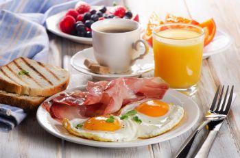 Illustration : Senior : des protéines le matin aident à rester en forme